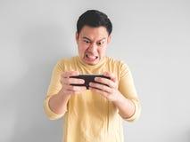 L'homme joue le jeu furieux photo libre de droits