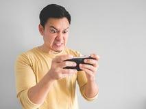 L'homme joue le jeu furieux photographie stock