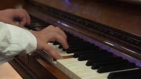L'homme joue le plan rapproché de piano banque de vidéos