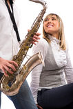 L'homme joue le saxophone pour l'amie Photo libre de droits