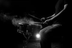 L'homme joue le tambour de piège Photo libre de droits