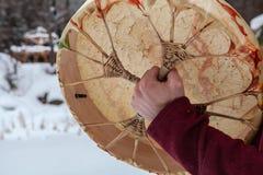 L'homme joue le tambour sacré indigène images libres de droits