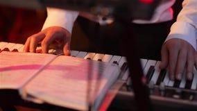 L'homme joue sur le synthétiseur, plan rapproché de mains, partie, disco banque de vidéos