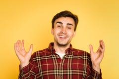 L'homme joyeux de sourire heureux de remise remet l'émotion photographie stock