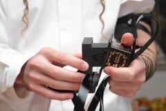 L'homme juif enveloppé dans le tefillin prient Un juif orthodoxe religieux avec le bras-tefillin sur sa main gauche prie Image stock