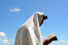 L'homme juif prient à Dieu sous le ciel bleu ouvert Photographie stock libre de droits