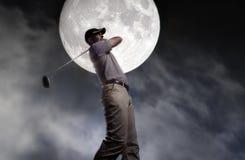 L'homme l'a frappé durement la nuit Photographie stock libre de droits