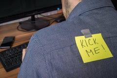L'homme a la note avec le coup-de-pied j'écrit là-dessus Plaisanterie le premier avril Images libres de droits