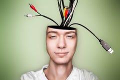 L'homme large d'esprit, avec des câbles à l'extérieur se dirigent Photo stock