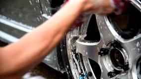 L'homme lavent la roue banque de vidéos