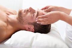 L'homme a le massage dans la station thermale