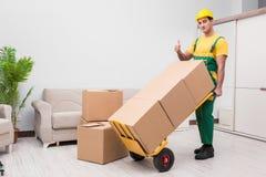 L'homme livrant des boîtes pendant le mouvement de maison Photographie stock libre de droits