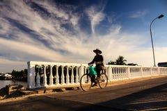 L'homme local sont sur le chemin au marché local, Cua Dai, Quang Nam Photographie stock