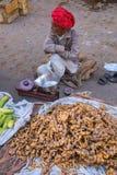L'homme local vendant le gingembre s'enracine au marché en plein air à Jaipur, I Photographie stock
