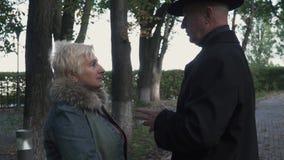 L'homme mûr raconte l'histoire à la dame banque de vidéos