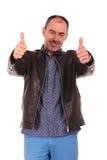 L'homme mûr montrant les pouces lèvent le signe Photos stock