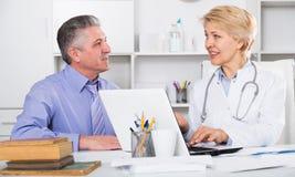 L'homme mûr rend visite au docteur image libre de droits