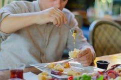 L'homme mange le petit déjeuner dans le restaurant photos libres de droits