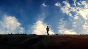 L'homme marche au delà avec l'abrégé sur dramatique ciel de Timelapse clips vidéos
