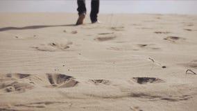 L'homme marche dans le désert banque de vidéos