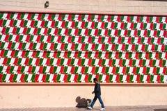 L'homme marche par un mur coloré à Saltillo Mexique images stock