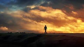 L'homme marche sur l'horizon avec Cloudscape épique clips vidéos