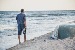 L'homme marche sur la plage de mer Photo stock