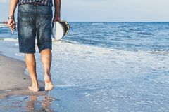L'homme marche sur la plage de mer Image stock