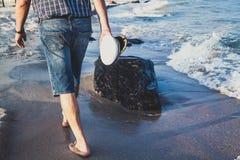 L'homme marche sur la plage de mer Photos libres de droits