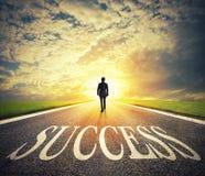 L'homme marche sur un chemin de succès Concept de démarrage réussi d'homme d'affaires et de société Photographie stock libre de droits