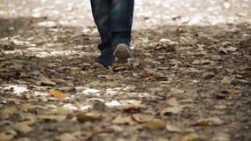 L'homme marchent pour le mouvement lent et rapide banque de vidéos