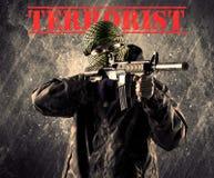 L'homme masqué et armé dangereux avec le terroriste se connectent le CCB sale photo libre de droits