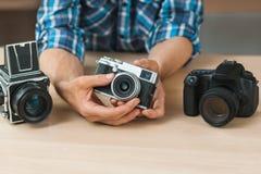 L'homme méconnaissable montre l'appareil-photo simple de film Images stock