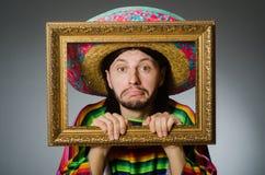 L'homme mexicain avec le sombrero et le cadre de tableau Photographie stock libre de droits