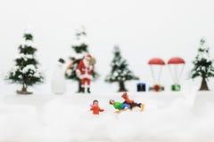 L'homme miniature de Santa Claus et de neige font l'heure heureuse pour des enfants le jour de Noël Photos libres de droits