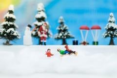 L'homme miniature de Santa Claus et de neige font l'heure heureuse pour des enfants le jour de Noël Images libres de droits