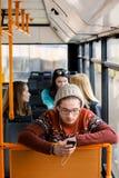 L'homme monte un autobus, écoutant la musique image libre de droits