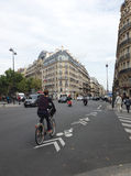 L'homme monte une bicyclette Images stock