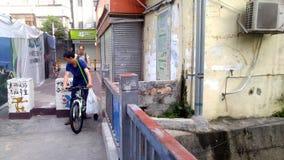 L'homme monte une bicyclette sur la rue photo stock