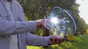 L'homme montre l'hologramme avec le bourdon de la livraison clips vidéos