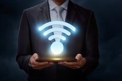 L'homme montre un symbole de WiFi Image libre de droits