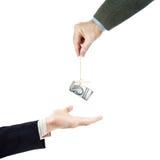 L'homme montre une autre personne du doigt avec un paquet de dollars dans le fil Photographie stock libre de droits