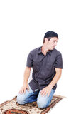 L'homme musulman prie sur le chemin traditionnel photo libre de droits