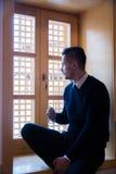 L'homme musulman prient dans la mosquée Photographie stock libre de droits