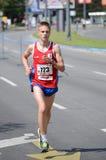 L'homme non défini court le 27 avril 2014 dans le 27ème marathon de Belgrade image stock