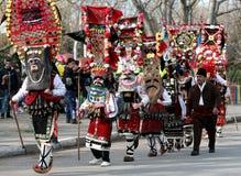 L'homme non identifié dans le costume traditionnel de Kukeri est vu au festival des jeux Kukerlandia de mascarade dans Yambol, Bu Photographie stock libre de droits