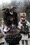 L'homme non identifié dans le costume traditionnel de Kukeri est vu au festival des jeux Kukerlandia de mascarade dans Yambol, Bu Photo stock