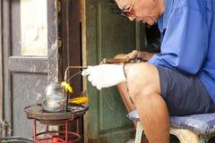 L'homme non identifié font le baht, l'aumône roulent utilisé par des moines pour recevoir des donations des nourritures images stock