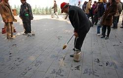 L'homme non identifié peint la calligraphie de caractères chinois Images libres de droits