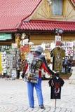 L'homme non reconnu fait de la publicité chez Krupowki, Zakopane Photos libres de droits